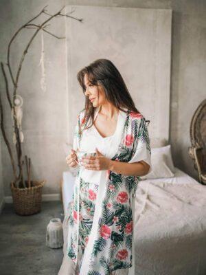 Dwuczęściowa piżama satynowa Nice w kolorze ecru i print hibiskusa